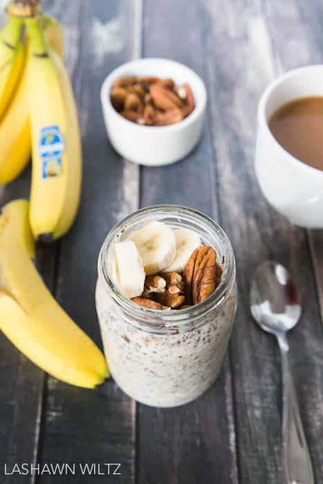 GUYS! It's so hard for me to get in a healthy breakfast in the morning, but I love this easy banana nut bread overnight oats recipe! It is SO good! |everydayeyecandy.com