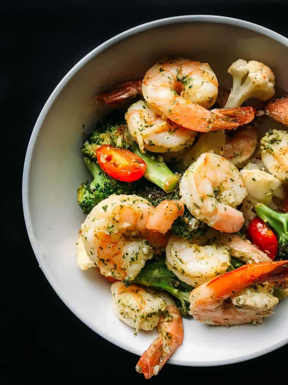 need a quick weeknight dinner? Check out this easy 10 minute sheet pan shrimp scampi recipe!