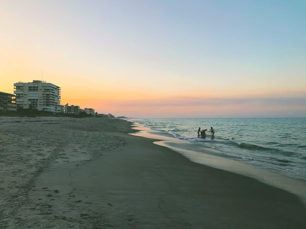use leading lines when taking photos at the beach